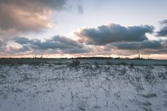 Landschaftsfelder im Winter - Weinleseeffekt Lizenzfreies Stockbild