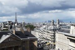 Landschaftsfoto über Paris vom Dachgeschoss stockfotos