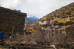 Landschaftsfoto Himalays-Gebirgsfrühlings-Dorf Asien-Natur-Morgen-Standpunkt Gebirgstrekkings-Ansicht horizontal Stockfoto