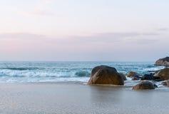Landschaftsfoto von Felsen auf Strand lizenzfreie stockbilder