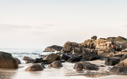 Landschaftsfoto von Felsen auf Strand lizenzfreies stockbild