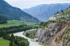 Landschaftsgebirgsfluss in den Bergen Stockfotografie