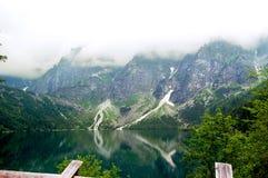 Landschaftsgebirgssee auf einem Hintergrund von Bergen Stockbilder