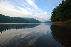 Landschaftsgebirgssee gegen den blauen Himmel Stockfotos
