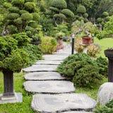 Landschaftsgestaltung im Garten Der Pfad im Garten lizenzfreie stockbilder