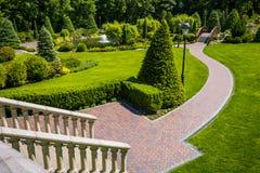 Landschaftsgestaltung im Garten Der Pfad im Garten Schöne Rückseite Lizenzfreies Stockbild