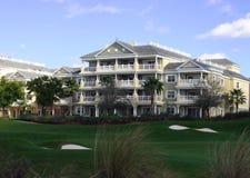 Landschaftsgestaltung im Golfrücksortierunghotel stockbild
