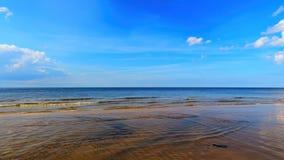 Landschaftshintergrund mit hellen Wolken über Ostsee nahe Küstenlinie, selektiver Fokus lizenzfreie stockfotografie