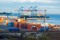 Landschaftsindustrieller Seehafen mit Kränen Stockfoto