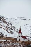 Landschaftskirchenstand allein auf Hügeln in Vik, i Myrdal Island Stockfoto
