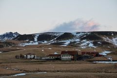 Landschaftslandschaft im Winter, lokaler ländlicher Bauernhof mit Häusern in Island Lizenzfreie Stockbilder