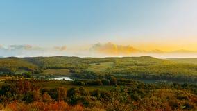 Landschaftslandschaft mit Wald, Wiesen, Hügel, Ackerland und Lizenzfreie Stockbilder