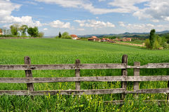 Landschaftslandschaft und -Bretterzaun Stockfotografie