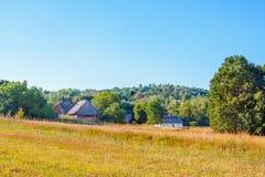 Landschaftslehm und hölzerne Hütte deckten Ukrainer mit Stroh Stockfotos