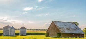 Landschaftsmittelwesten-Bauernhofnetzfahne stockfotografie
