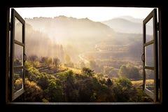 Landschaftsnatur-Ansichthintergrund Ansicht vom Fenster lizenzfreie stockbilder