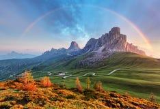 Landschaftsnatur mountan in den Alpen mit Regenbogen Lizenzfreies Stockfoto