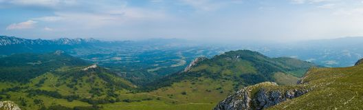 Landschaftspanorama auf Bergspitze im Frühjahr stockbild