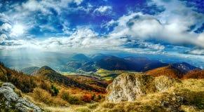 Landschaftspanorama mit schönem blauem Himmel und sonnigen Strahlen lizenzfreie stockfotos