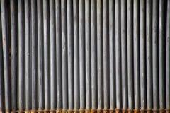Landschaftspark Duisburg, Duitsland: Sluit omhoog van geïsoleerde grijze doorstane ijzerpijpen op een rij royalty-vrije stock foto's