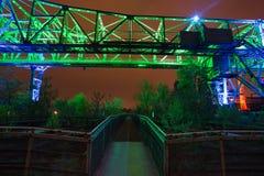 Landschaftspark duisburg Tyskland som är upplyst på natten fotografering för bildbyråer
