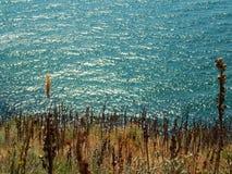 Landschaftsseeansicht von einer Klippe stockbilder