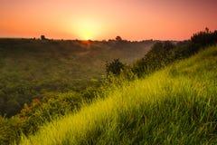 Landschaftssonnenaufgang am Sommer Nebeliger Morgen auf Wiese Stockbild
