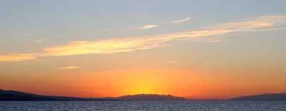 Landschaftssonnenuntergang auf dem Meer Stockfotos