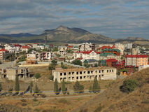 Landschaftsstädtische Stadt unter Gebirgsdraufsicht Stockfotografie