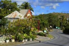 Landschaftsstraße in Antigua, karibisch Stockfotos