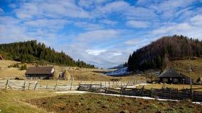 Landschaftsstraße in den Bergen Stockfotografie