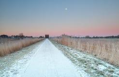 Landschaftsstraße im Schnee bei Sonnenaufgang Stockfotos
