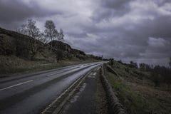 Landschaftsstraße mit Steinwänden beiseite im Höchstbezirk Nationa Stockfoto