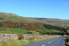 Landschaftsstraße in Swaledale in Yorkshire-Tälern Stockfotos