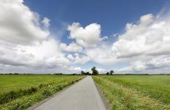 Landschaftsstraße und blauer Himmel lizenzfreie stockfotografie