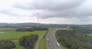 Landschaftsstraße und -Windkraftanlagen stock video