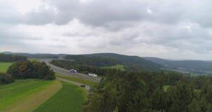 Landschaftsstraße und -Windkraftanlagen stock footage