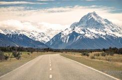 Landschaftsstraßen- oder -straßenreise zu den Bergen in Neuseeland stockfotografie
