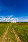 Landschaftsstraßenfußweg durch ein Feld Lizenzfreies Stockfoto