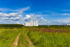 Landschaftsstraßenfußweg durch ein Feld Stockfoto