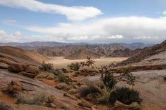 Landschaftstal mit dem felsigen Umgeben stockbilder