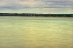 Landschaftswaldhimmel und -wasser Stockbild