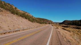 Landschaftsweg in Utah, das zu berühmten Bryce Canyon führt stock video footage