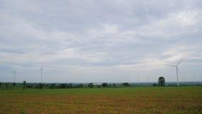 Landschaftswindmühlen-Feld mit Kamera-Plan stock video footage