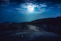 Landschap in aard van mooie volle maan achter wolk en weg Stock Afbeelding