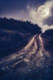 Landschap in aard van mooie volle maan met een modderige weg thr Stock Foto