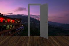 Landschap achter de openings 3D deur, Stock Foto