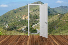 Landschap achter de openings 3D deur, Royalty-vrije Stock Afbeelding