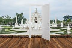 Landschap achter de openings 3D deur, Royalty-vrije Stock Foto