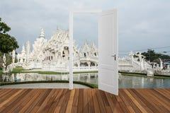 Landschap achter de openings 3D deur, Royalty-vrije Stock Foto's